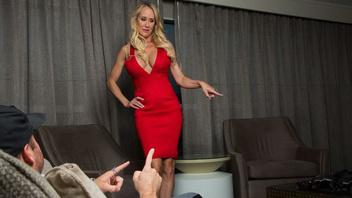 Брэнди Лав спасает своего мужа от увольнения трахаясь с его боссом