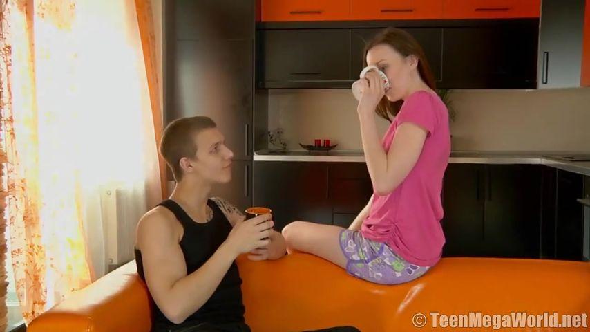 Романтический секс молодой влюбленной парочки на кухне с вагинальным кремпаем в завершении.