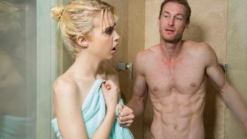 Хлоя шпилится с папой своего друга в ванной комнате