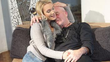 Жена помогает мужу снять стресс сделав минет и поебавшись