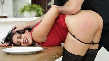 Жесткий парень трахнул сучку, загнув ее на куханом столе и отодрав во все дырки