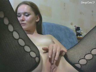 Красотка разводит ноги и мастурбирует бритую щелочку на кровати