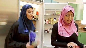 Арабская красотка трахается со своим соседом на кухне и в спальне