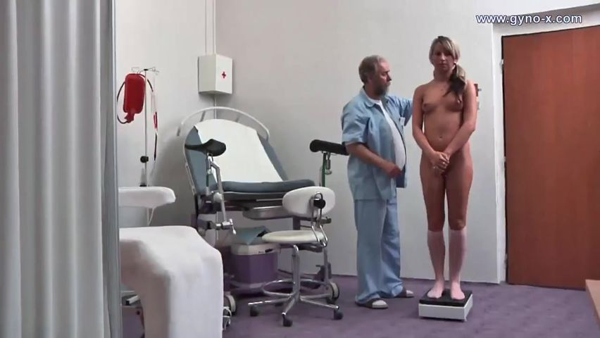 Гинеколог на приеме заставил девку подрочить пизду и кончить