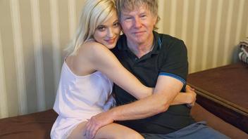 Секс пожилого мужика с молодой блондинкой