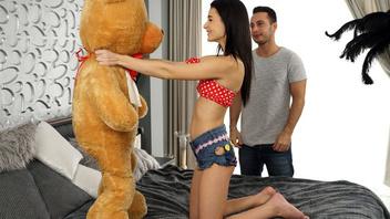 Все для нее или девке подарили медвежонка и она отблагодарила трахом