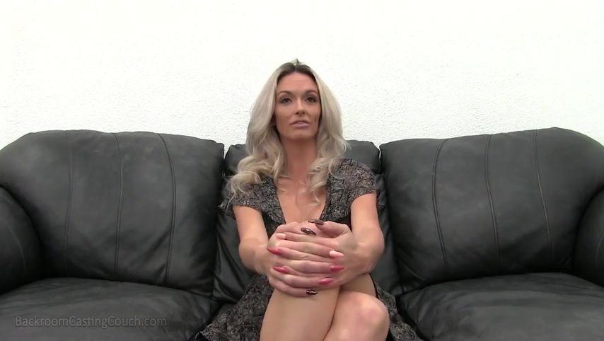 Дамочка с силиконовыми сиськами пришла на кастинг и получила сперму в киску