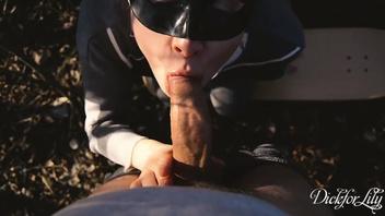 Русская подружка в маске сосет   в парке