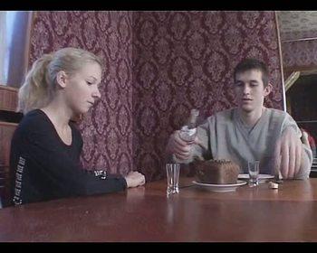 Молодой парень уложил белокурую девку на столе и трахнул