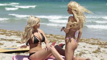 Девочки в бикини познакомились на пляже и решили продолжить знакомство в спальне