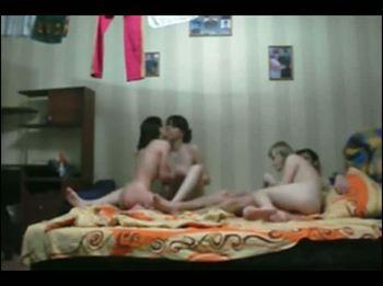 Классный мужик трахается с тремя сексуальными красотками
