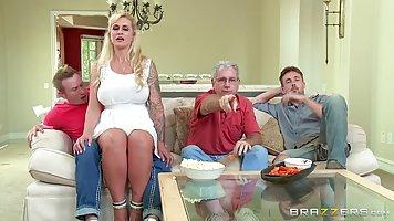 Фигуристая блондинка Райан Коннер любит чувствовать в себе твердый член внутри мокрой киски