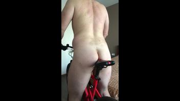 Ебет анал сиденьем велосипеда
