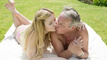 Никогда не поздно сказала молодая девка и оттрахалась со старым другом отца на природе