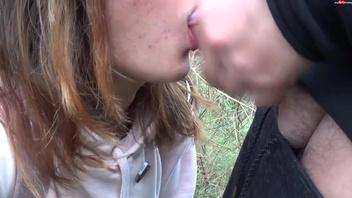 Русская   девушка  в очках глотает сперму после минета  на природе