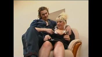 Молодому парню так сильно хотелось трахаться, что он подкатил к жирной русской женщине в белом нижнем белье и предложил ей заняться половым сношением