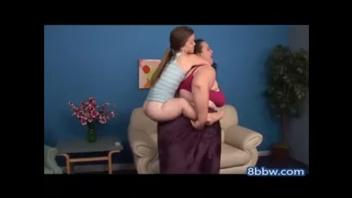 Жирная баба лижет пизду у карлика лесбиянки