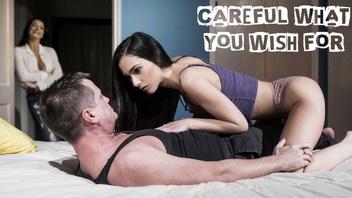 Отчим трахает свою любимую приемную дочурку с сексуальным телом